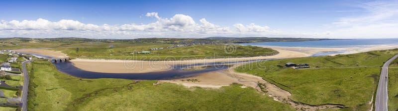Sceniska flyg- fåglar synar panorama- irländskt landskap från lahinchlehinch i ståndsmässiga clare, Irland härlig lahinchstrand o arkivbild