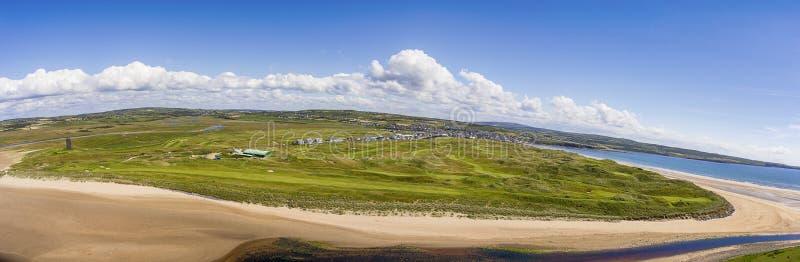 Sceniska flyg- fåglar synar panorama- irländskt landskap från lahinchlehinch i ståndsmässiga clare, Irland härlig lahinchstrand o royaltyfria bilder