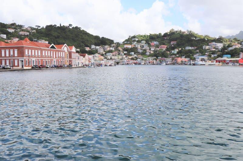 Sceniska havsikter av shoppar längs kusten i St George, huvudstaden av Grenada royaltyfria foton