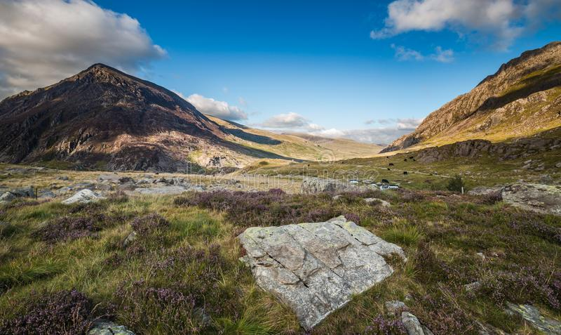 Sceniska Llyn Ogwen Valley på sommar i den Snowdonia nationalparken, W royaltyfri fotografi