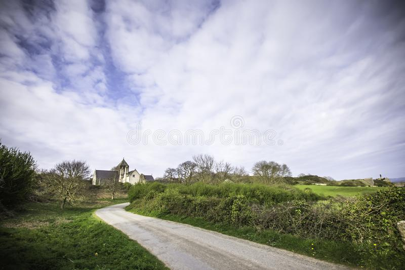 Sceniskt Anglesey landskap i våren, norr Wales, UK royaltyfri bild