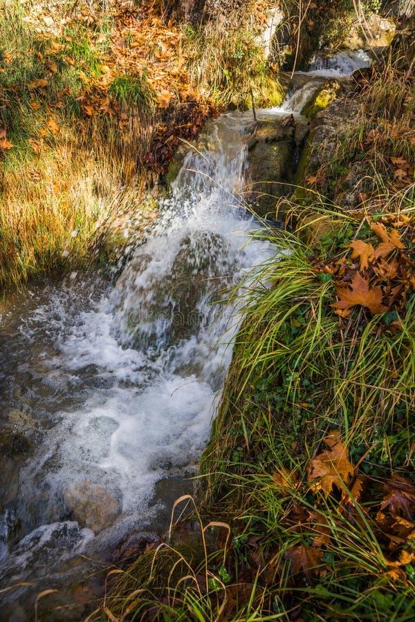 Sceniskt berghöstlandskap med flod och vattenfall, P royaltyfria foton