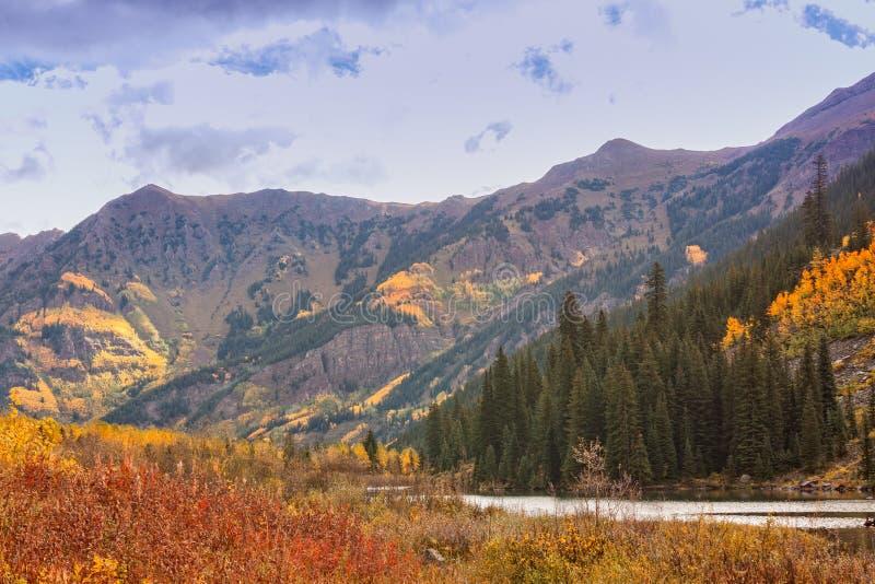 Sceniskt berglandskap i höst arkivbilder