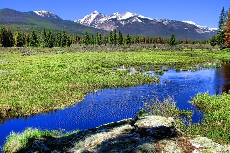 sceniskt för flod för liggandebergpanorama stenigt arkivbild