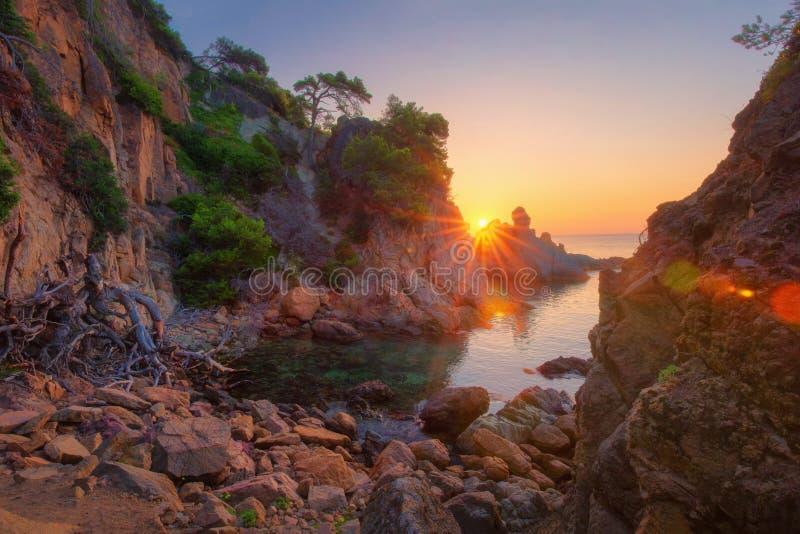 Sceniskt havslandskap på soluppgång Härlig seascape med vaggar och klippor i solljus royaltyfri foto