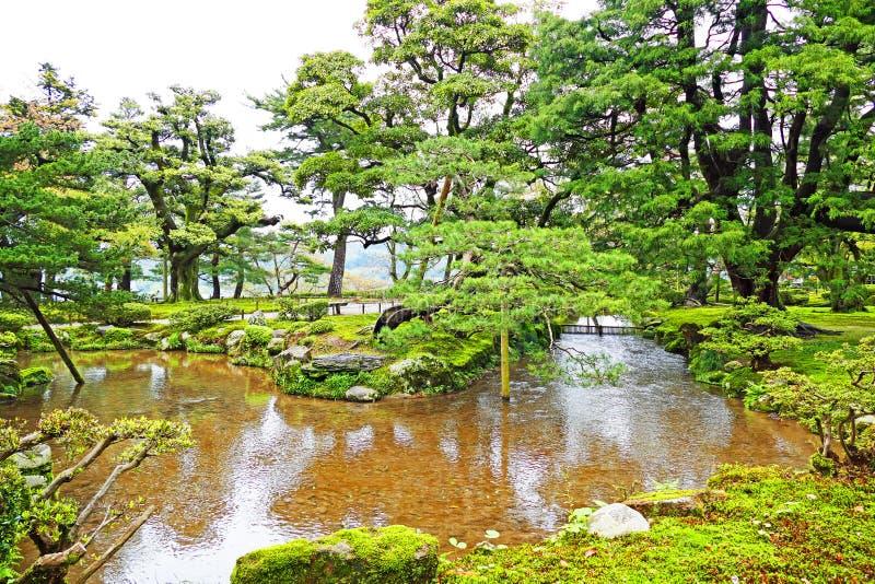 Sceniskt japanträdgårdlandskap Kenrokuen i Kanazawa, Japan fotografering för bildbyråer