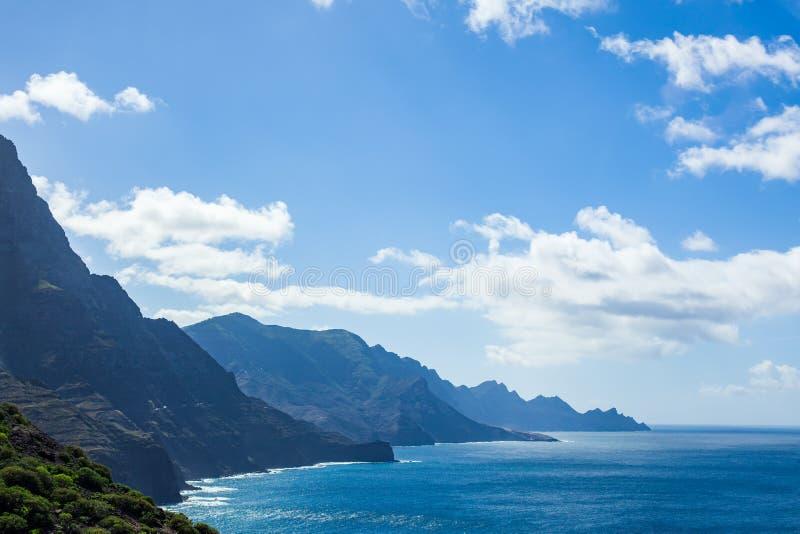Sceniskt landskap av berg och Atlantic Ocean på Gran Canaria royaltyfria foton