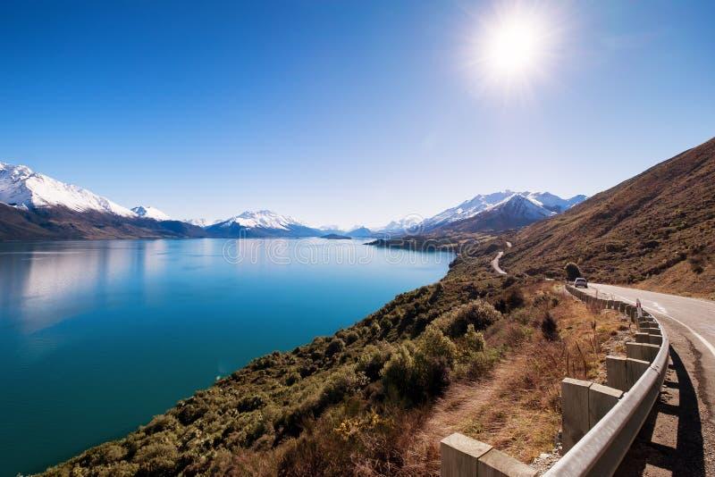 Sceniskt landskap av den berömda Queenstown-Glenorchy vägen i Nya Zeeland royaltyfri fotografi