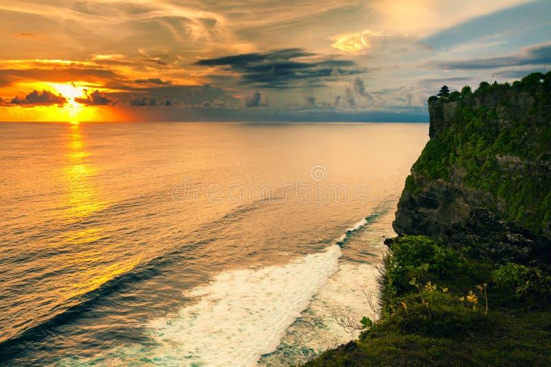 Sceniskt landskap av den höga klippan och det tropiska havet på den Uluwatu templet, Bali, Indonesien arkivbild