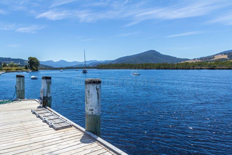 Sceniskt landskap av fartyg på Tasmaniens den Huon floden royaltyfri foto