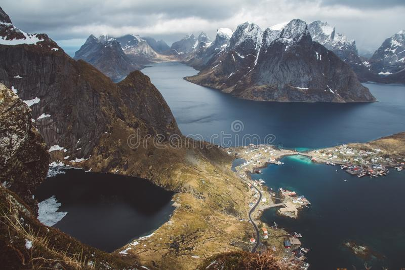 Sceniskt landskap av Lofoten öar: maxima, sjöar och hus Reine by, rorbu, reinbringen arkivbild