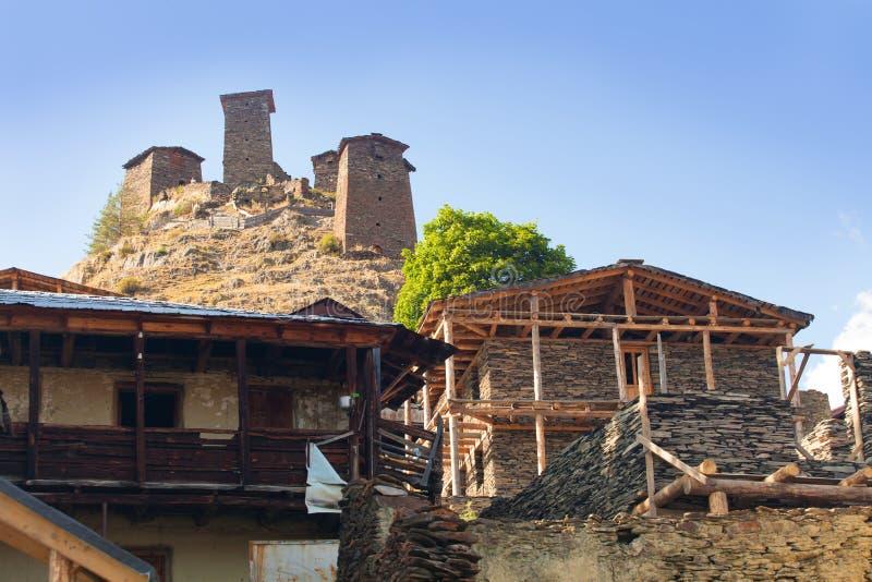 Sceniskt landskap av sommarmorgonen i de Kaukasus bergen Solen kom precis ut och exponerar forntida f?rd?rvar av Tushetian torn arkivfoton
