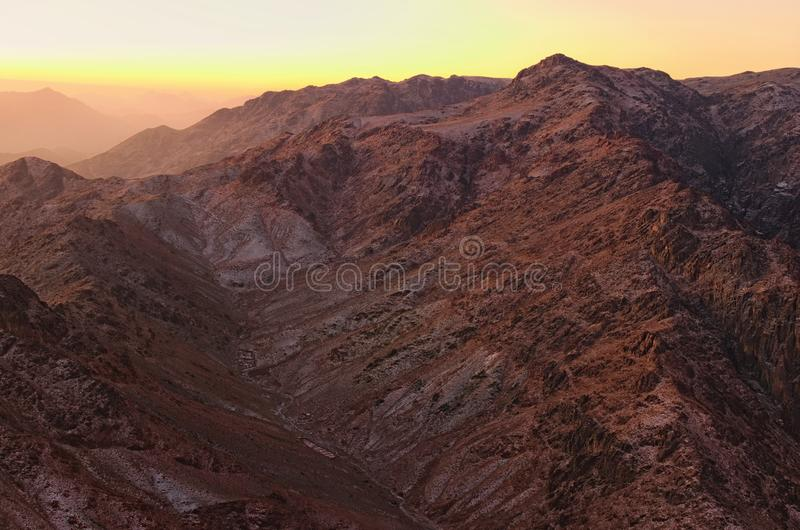 Sceniskt landskap i bergen på soluppgång Förbluffa sikt från den Mount Sinai monteringen Horeb, Gabal Musa, Moses Mount arkivbild