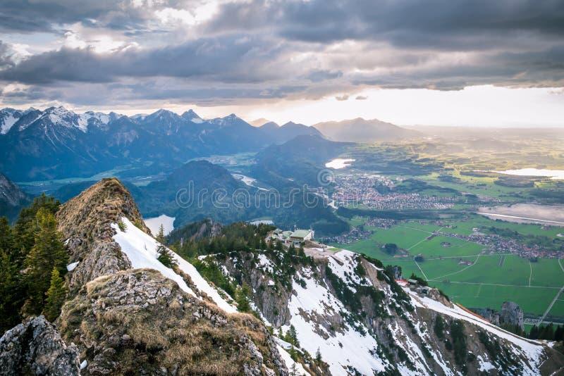 Sceniskt landskap som förbiser snöig berg royaltyfria bilder
