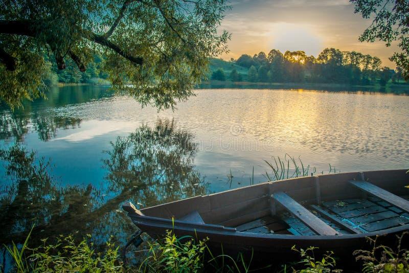 Sceniskt naturlandskap nära sjön arkivfoton
