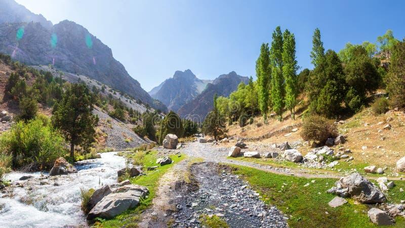 Sceniskt panorama från solens dag på väg runt bland Fann-bergen i Tadzjikistan arkivfoto
