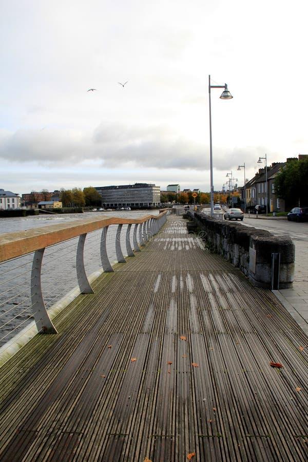 Sceniskt promenera Shannon River, Clancy Strand, och den O'Callaghan trådstaden går, limericket, Irland, 2014 arkivbild