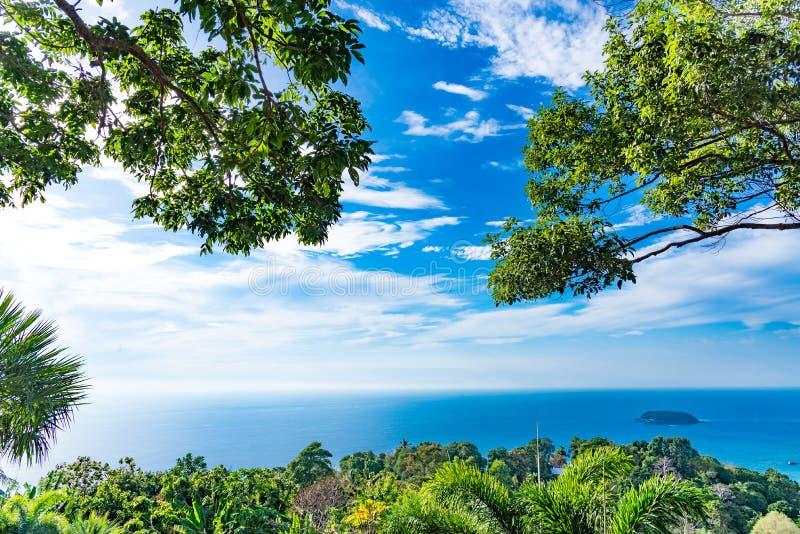 Sceniskt skogvildmarklandskap med blå himmel av Phuket Natio royaltyfria bilder