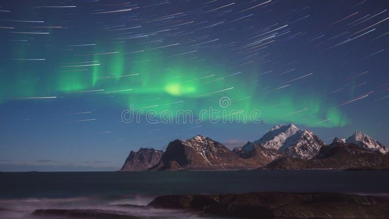 Sceniskt vinterlandskap med nordliga ljus, norrsken i natthimmel, Lofoten öar, Norge royaltyfri fotografi