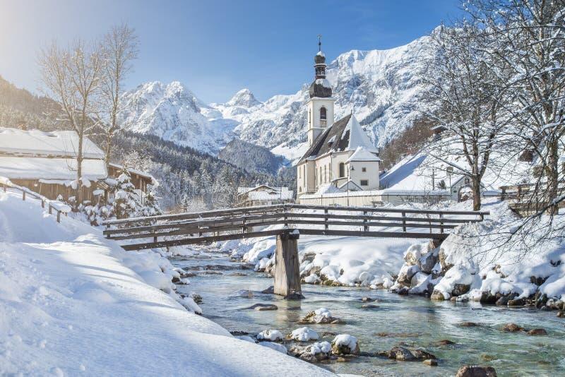 Sceniskt vinterlandskap med pilgrimsfärdkyrkan i fjällängarna royaltyfria foton
