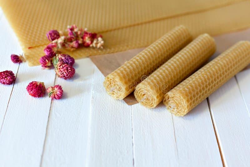 Scented κεριά που γίνονται από το φυσικό μελισσοκηρό στοκ εικόνα