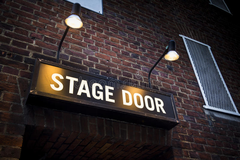 Sceny drzwi przy Londyńskim theatre iluminującym światłami reflektorów zdjęcia royalty free