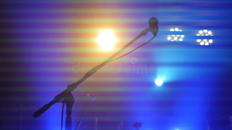 Sceny oświetlenia, wyposażenia, promienia i mikrofonu stojak w noc klubie, fotografia stock