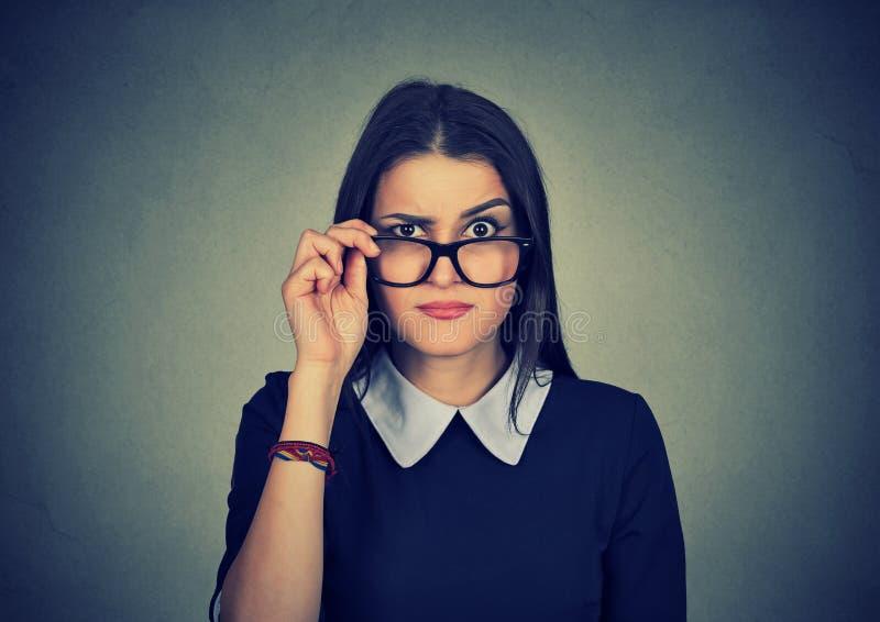 Sceptische jaloerse vrouw die camera bekijken stock afbeelding