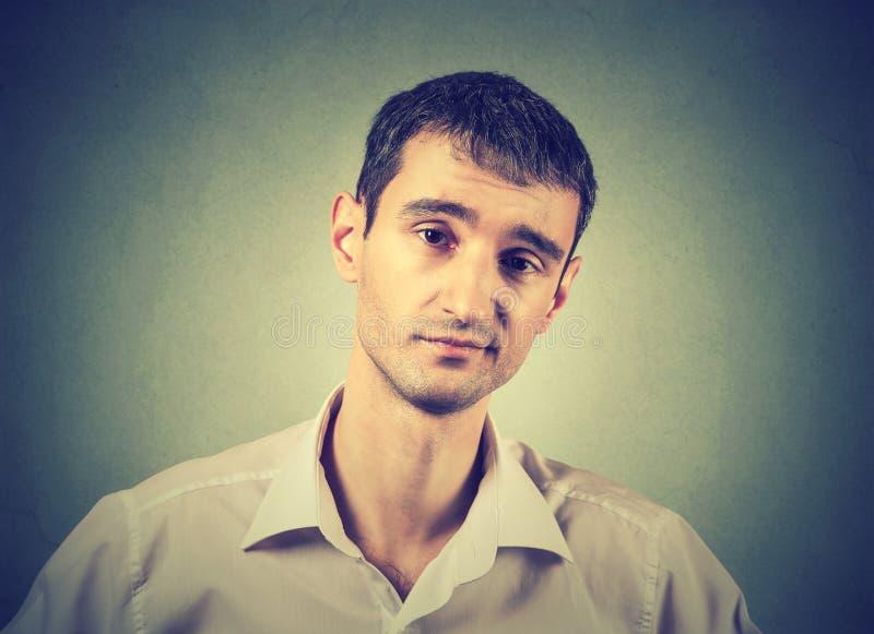 Sceptische mens die met afkeuring op zijn gezicht kijken stock foto's