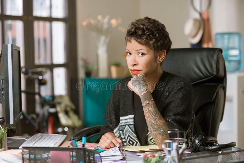 Sceptische Vrouw in een Creatief Bureau royalty-vrije stock foto's