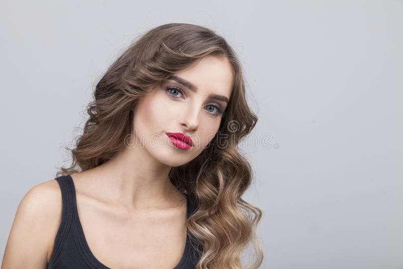 Sceptyczna kobieta z długim brown włosy obrazy royalty free