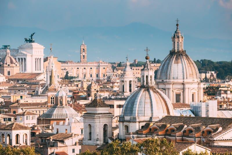 Schöne alte Fenster in Rom (Italien) Stadtbild mit solchen berühmten Kirchen als Sant 'agnese, Santa Maria Della Pace, St. Salvat stockfotos