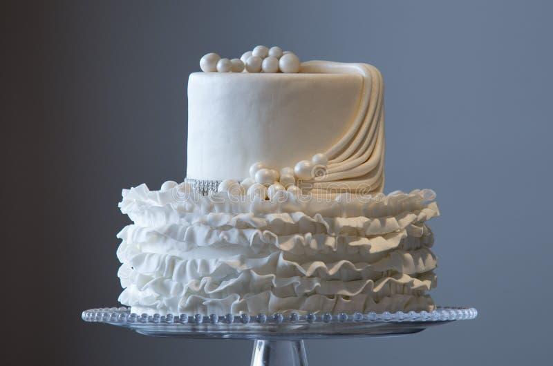 Schöne Hochzeitstorte auf einer Servierplatte lizenzfreies stockfoto