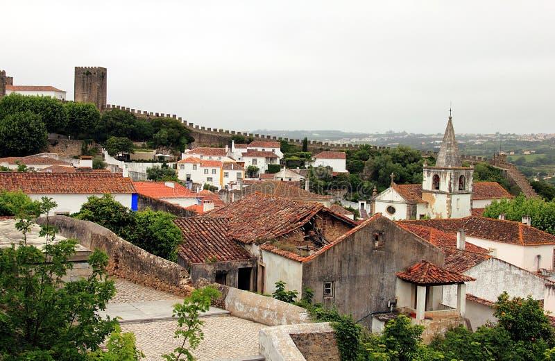 Schöne kleine cobblestoned Straßen, Wände und Dächer in Obidos lizenzfreie stockfotos