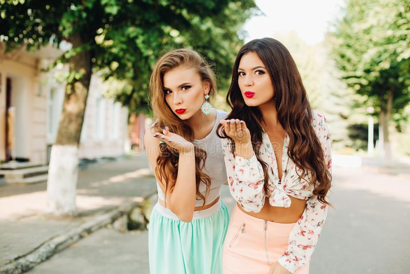 Schöne Mädchen mit den roten Lippen, die Schlagkuß an der Kamera senden stockfotografie