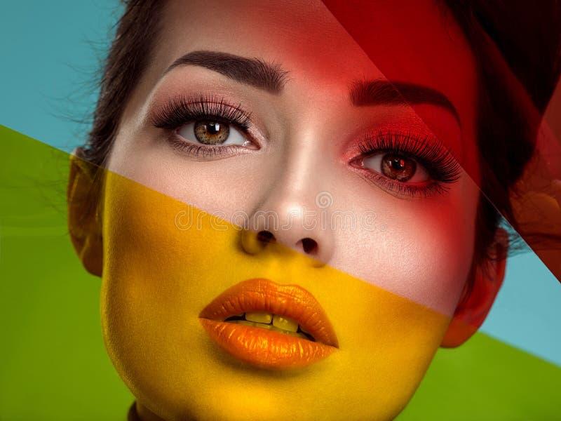 Schöne Modefrau mit farbige Einzelteile Attraktives weißes Mädchen mit lebendem korallenrotem Make-up stockfotos