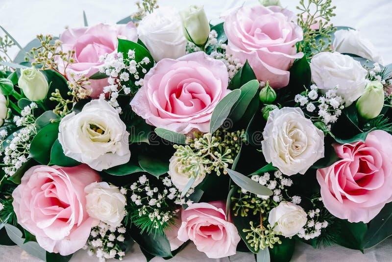 Schöne weiße, rosa Rosen für die Heirat - Beschaffenheit und Hintergrund lizenzfreie stockfotografie