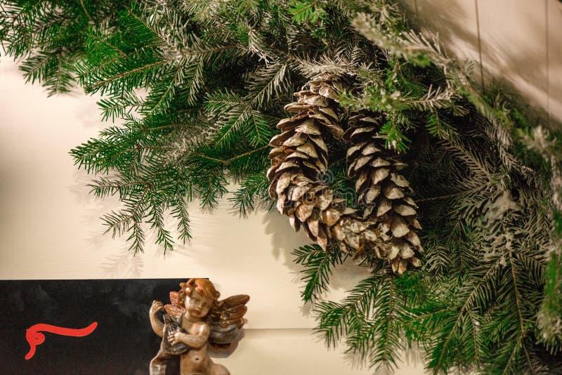 Schöne Weihnachtsdekorationen, die an den Türen außerhalb des Hauses hängen stockbilder