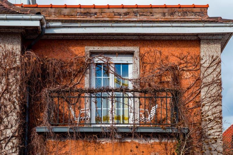 Schöner alter Balkon des historischen Hauses in Straßburg lizenzfreie stockfotografie