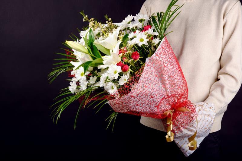Schöner Blumenstrauß - ein großes Geschenk für den Feiertag stockbild