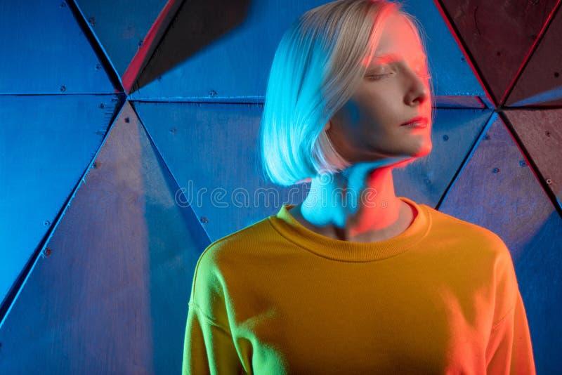 Schönes blondes gefrorenes Mädchen mit geschlossenen Augen den Frieden genießend lizenzfreie stockfotografie