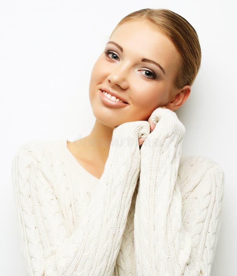 Schönes blondes Mädchen auf weißer Hintergrundnahaufnahme stockbilder