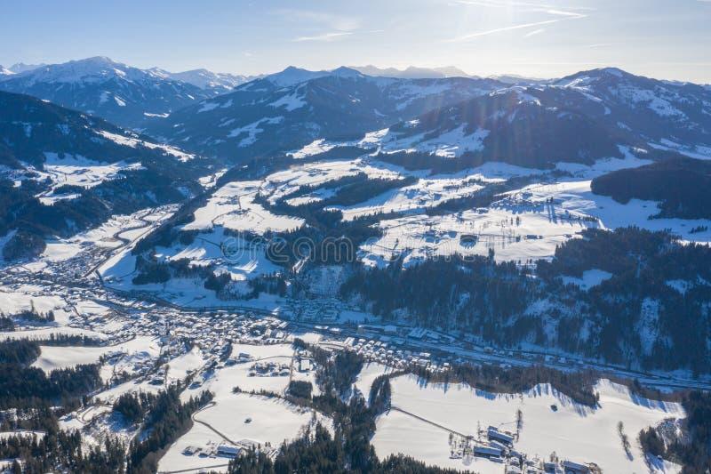 Schönes Luftbrummenpanorama des Gebirgstales, -straße und -dörfer im kalten Winter DA stockfotos