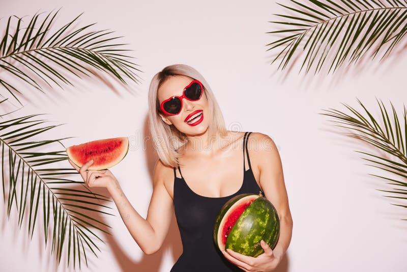 Schönes Mädchen mit Wassermelone am weißen Hintergrund lizenzfreies stockbild