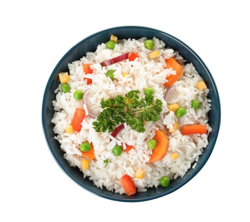 Schüssel mit geschmackvollem Reis und Gemüse auf weißem Hintergrund lizenzfreie stockfotos