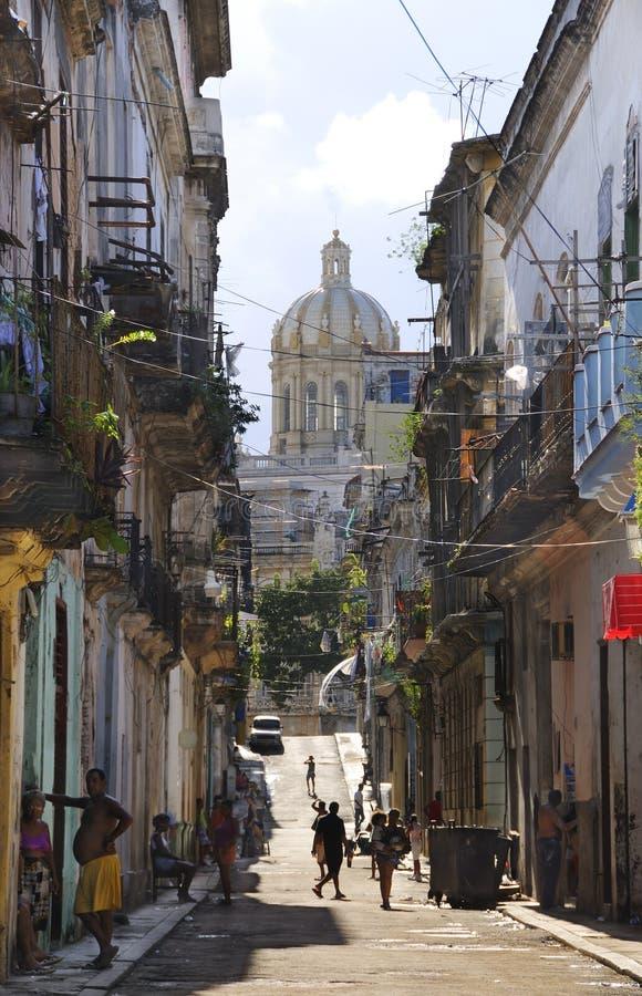 Schäbige Havana-Straße. HAVANA - 5. Oktober 2008. lizenzfreies stockfoto