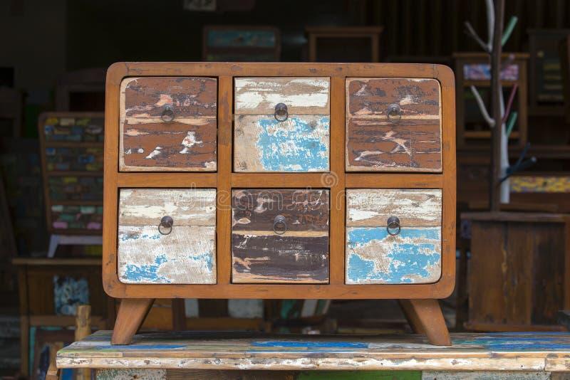 Schäbige Möbel der alten Weinlese, hölzerne Beschaffenheit in Ubud-Markt, Insel Bali, Indonesien lizenzfreie stockfotografie