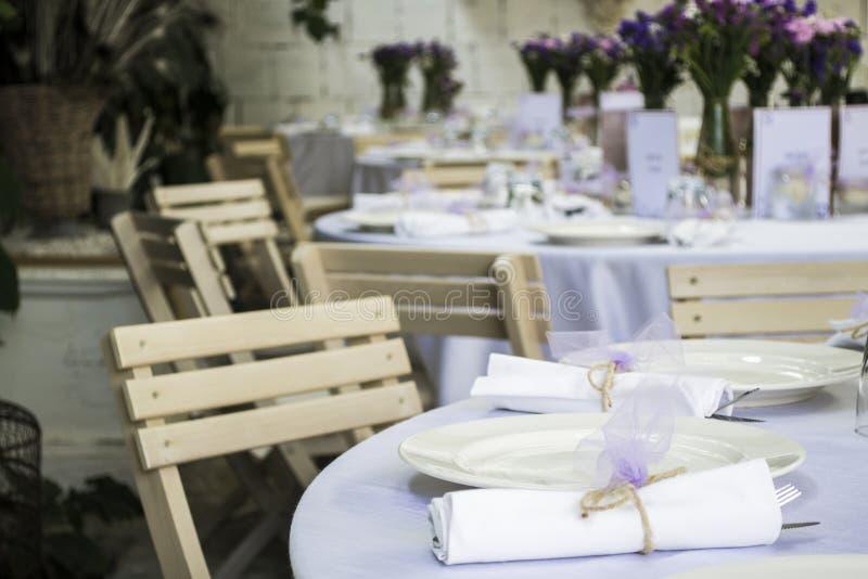 Schäbige schicke Hochzeitstafel lizenzfreies stockfoto