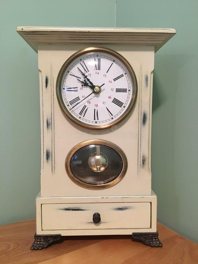 Schäbige schicke Uhr lizenzfreies stockbild