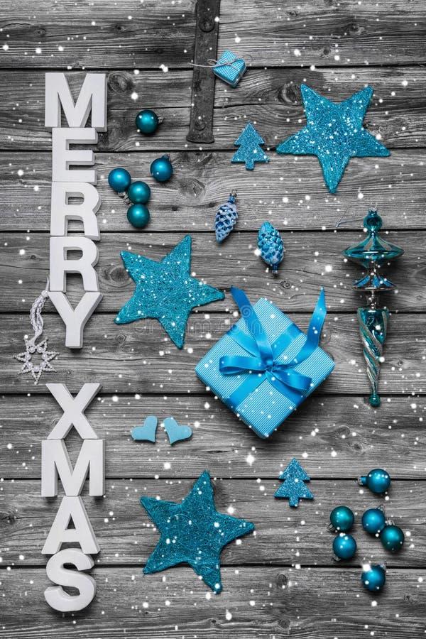 Schäbige schicke Weihnachtsgrußkarte mit dem Text - verziert im whi lizenzfreie stockfotografie